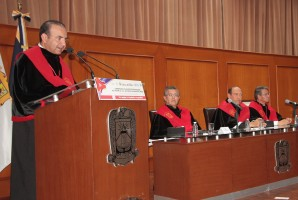 Recibe Navarrete Prida grado master ad vitam de la UA de C