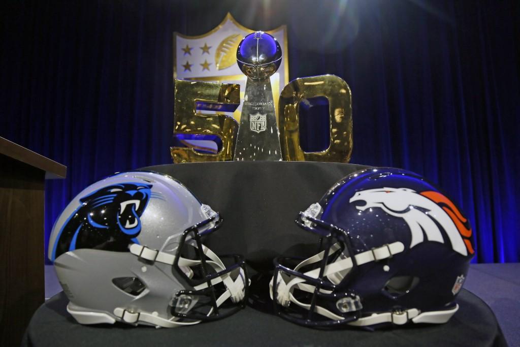 (160205) -- CALIFORNIA, febrero 5, 2016 (Xinhua) -- Los cascos de los Denver Broncos y Carolina Panthers, se exhiben frente al trofeo Vince Lombardi, durante una conferencia de prensa previo al Super Bowl 50 de la Liga Nacional de Fútbol Americano (NFL, por sus siglas en inglés), en el Moscone Center, en San Francisco, California, Estados Unidos de América, el 5 de febrero de 2016. El partido de la NFL por el Super Bowl 50 entre Carolina Panthers y Denver Broncos se llevará a cabo el domingo. (Xinhua/Imago/ZUMAPRESS) (jp) (sp) ***DERECHOS DE USO UNICAMENTE PARA NORTE Y SUDAMERICA***