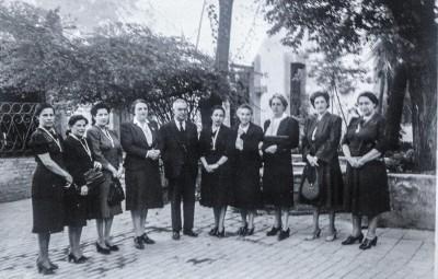 El padre Fidel Domínguez con un grupo de ex alumnas  en el patio del antiguo Colegio Plancarte. Entre ellas se encuentran :  Sra Sofía D. de Villareal, Sra. Ma. Encarnación Blanco de Siller, Sra. Guadalupe L. de Menchaca, Sra. Juventina S. de Aguirre.