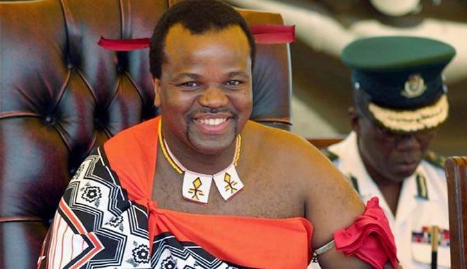 Rey africano se pasea en Los Cabos junto a sus 14 esposas