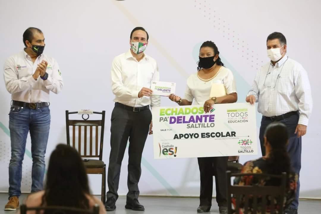 """Entrega Manolo """"Apoyos Escolares"""" a estudiantes de bachillerato en Saltillo"""